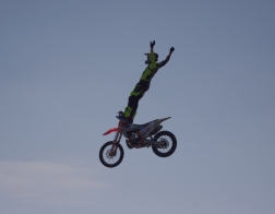 Helicopter show 2018 - backflip na motorce z rampy