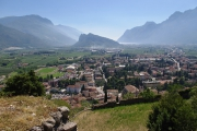Arco - výhled na město, v pozadí za kopcem Lago Di Garda