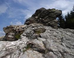 Nedaleko vysílače Ještěd - skalní útvar Kamenná vrata
