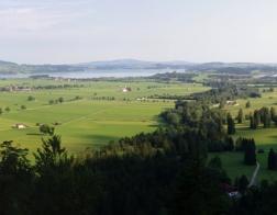 Panorama z plošiny pod zámkem Neuschwanstein