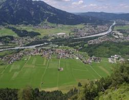 Rakousko - výhled na město Reutte a řeku Lech