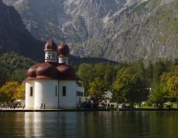 Německo - jezero Königsee, kostel sv. Bartoloměje