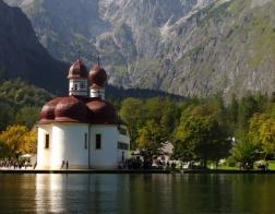 Německo - jezero Konigssee a kostel Sv. Bartoloměje